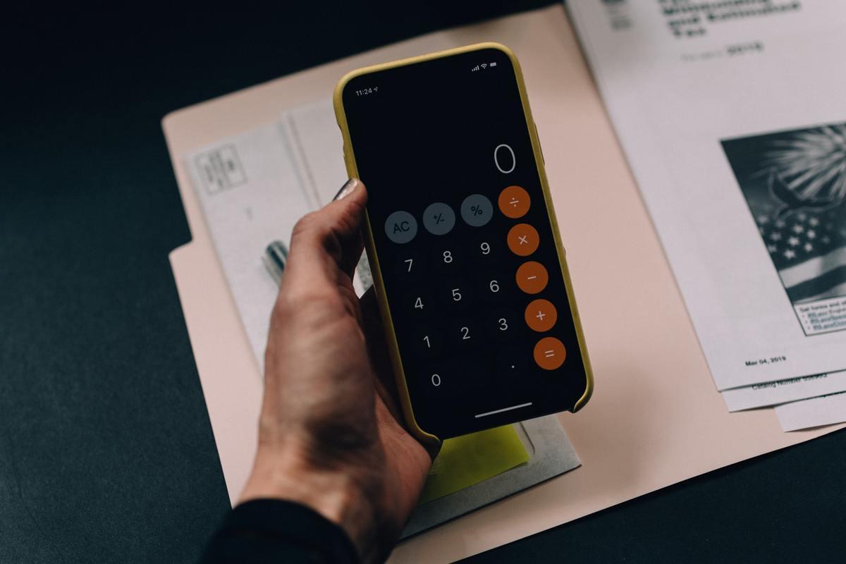 choix calculatrice facture argent calcul main zéro stylo papiers