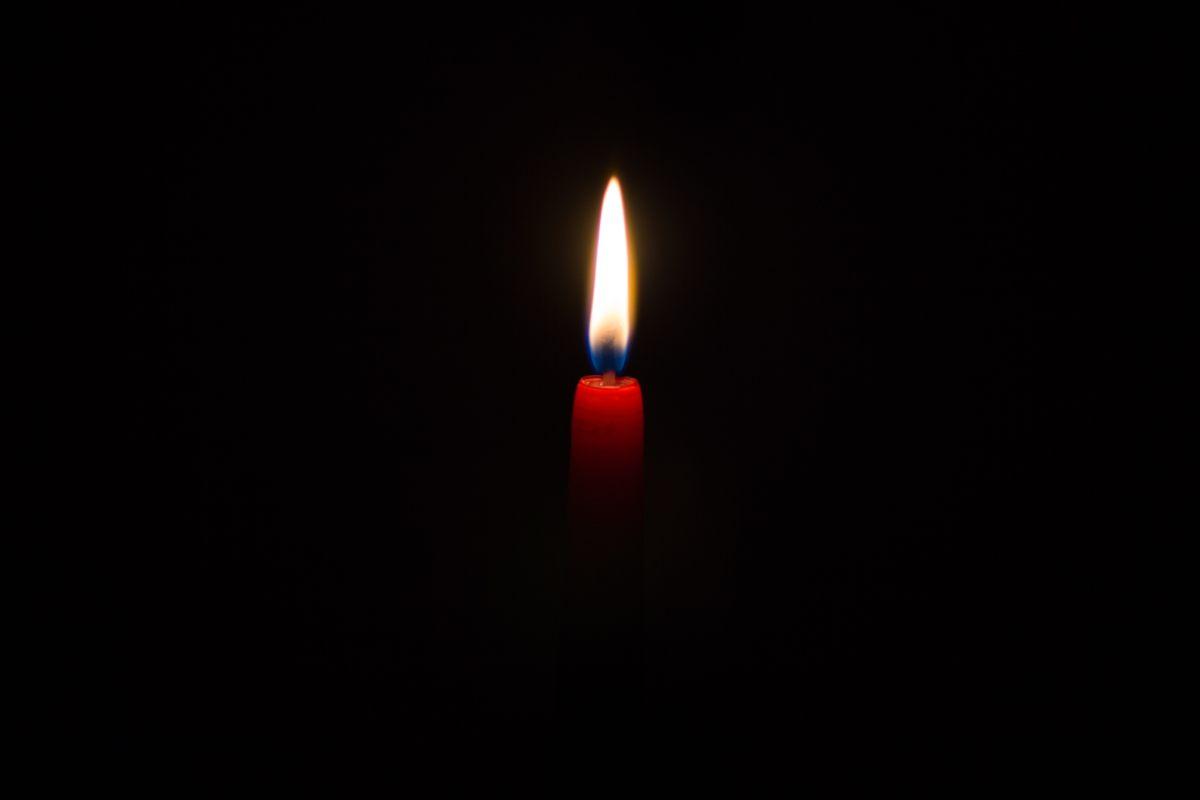 Une bougie allumée pour s'éclairer après une coupure Mint Energie