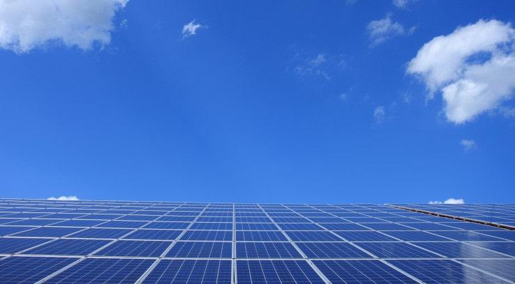 Panneaux solaires bleu ciel